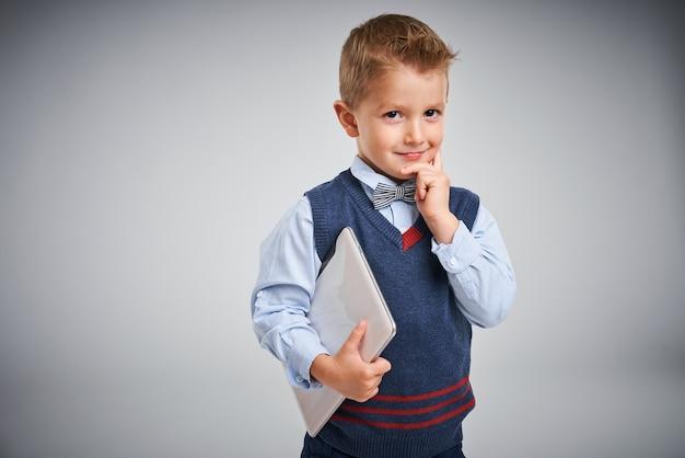 Портрет мальчика, позирующего над белой