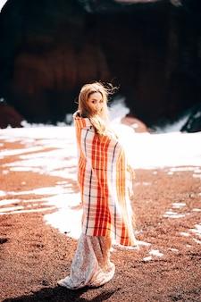 Портрет модели невесты в золотом свадебном вечернем платье в желто-красном песчаном карьере в