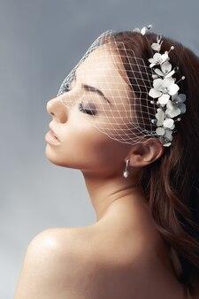 Портрет невесты с вуалью в виде птичьей клетки.