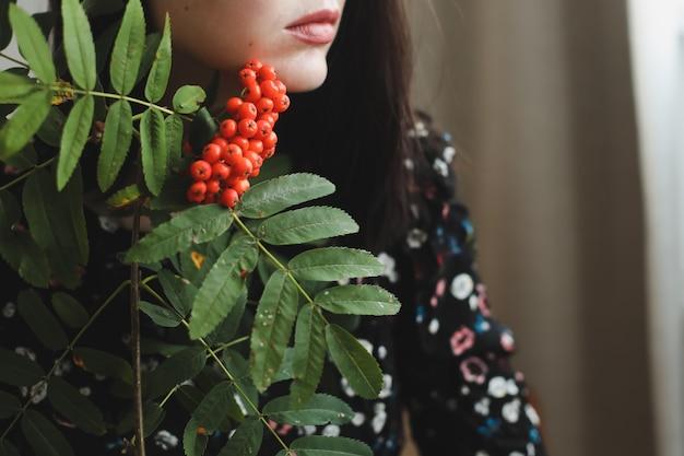Портрет девушки брюнетки с цветком рябины