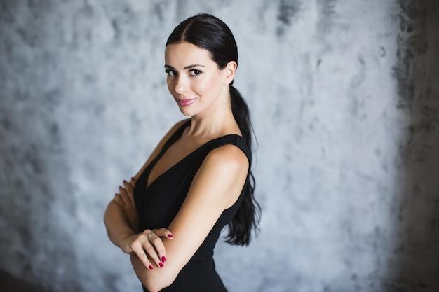 아트 배경에 검은 드레스에 갈색 머리의 초상화.