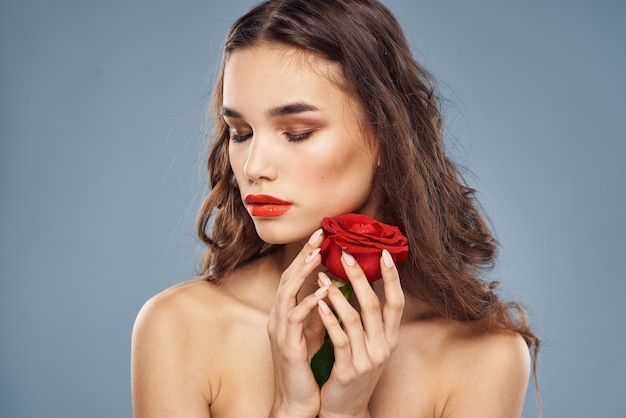 彼女の唇に赤い口紅、ローズと美しい女性とブルネットの肖像画