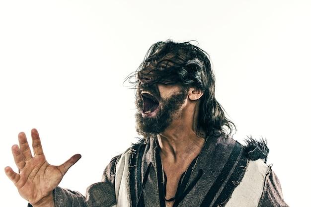Портрет жестокого лысого викинга в битве, изолированном на белом фоне. раннесредневековый период. актер в гриме. концепция бродяжничества и выживания