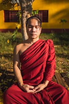 눈으로 명상하는 불교 승려의 초상화.