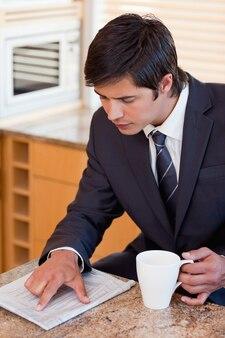 Портрет бизнесмена, пить кофе, читая газету