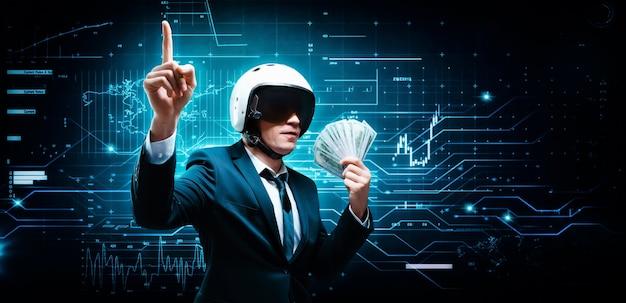 スーツと飛行士のヘルメットをかぶったビジネスマンの肖像画。彼は百ドル札のパックのファンを作りました