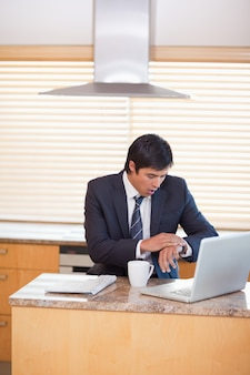 Портрет бизнесмена, который работает поздно
