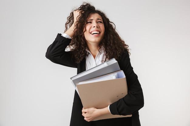Портрет занятой молодой бизнес-леди, держащей папки