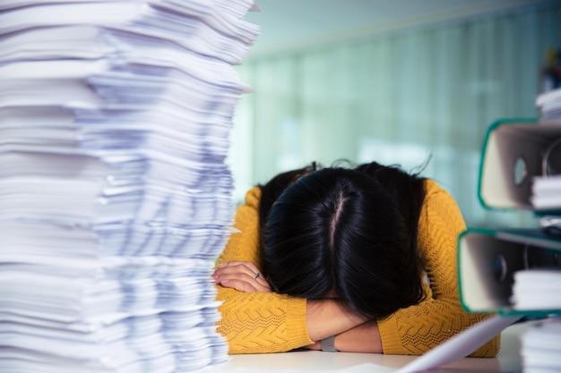 Портрет случайной деловой женщины, спящей за столом в офисе