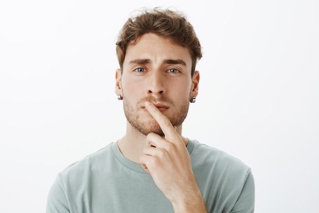 Портрет случайного парня, позирующего в студии