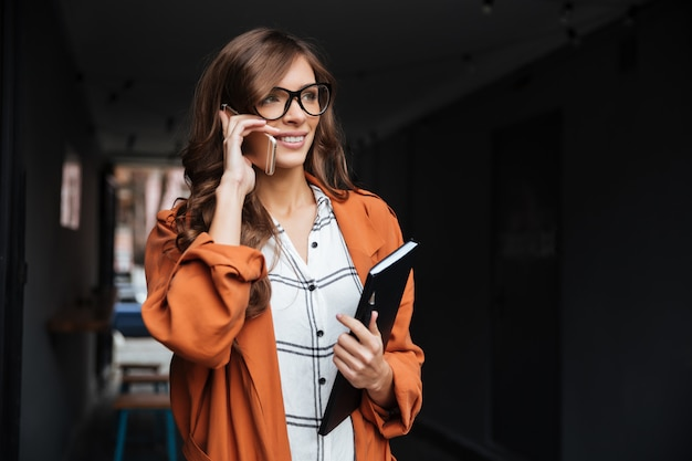 Портрет случайные женщины разговаривают по мобильному телефону