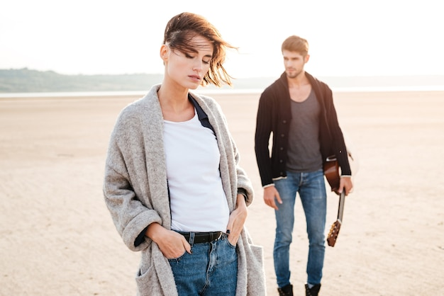 해변에서 데이트를 하는 캐주얼한 젊은 커플의 초상화