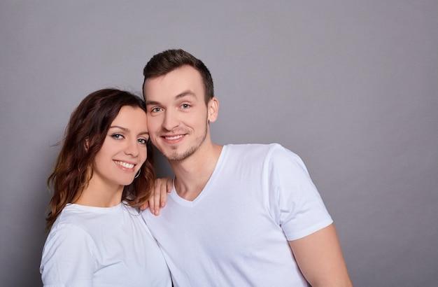 笑顔の白人の素敵なカップルの肖像画