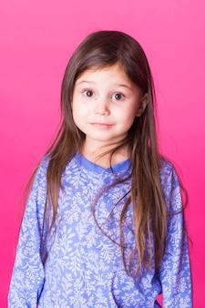 고립 된 매력적인 갈색 머리 어린 아이 소녀의 초상화