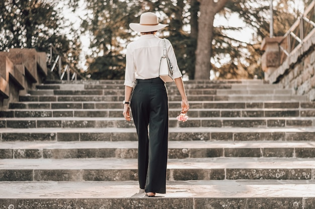 피렌체의 미켈란젤로 광장 계단을 오르는 매력적인 소녀의 초상화.