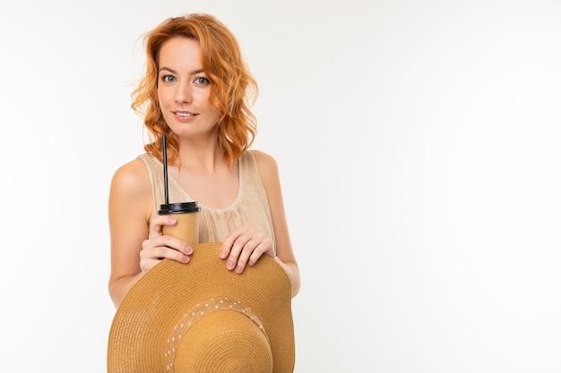 흰색 배경에 커피 종이 컵과 모자에 매력적인 여자의 초상화