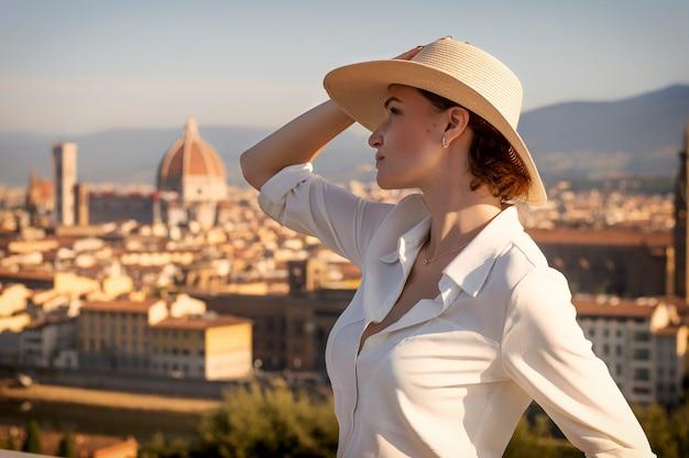 フィレンツェの広場に立っている魅力的な女の子の肖像画。サンタマリアデルフィオーレの眺め。イタリア。