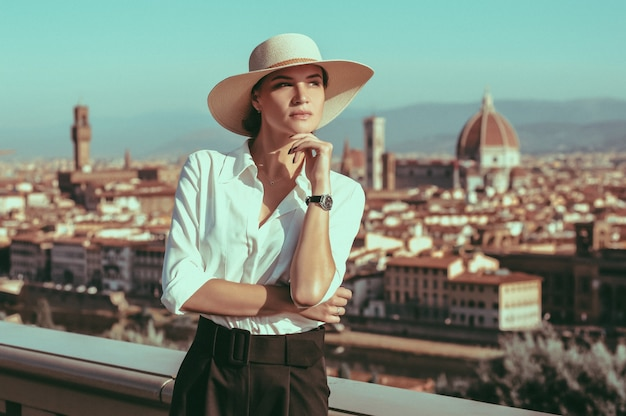 피렌체의 광장에 서 있는 매력적인 소녀의 초상화. 산타 마리아 델 피오레의 전경. 관광 개념입니다. 이탈리아. 혼합 매체