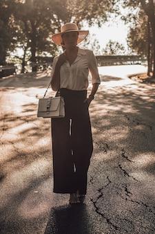 フィレンツェの公園を歩いている魅力的な女の子の肖像画。観光、休暇の概念。イタリア。ミクストメディア