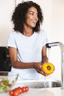 陽気なアフロアメリカ人女性の肖像画