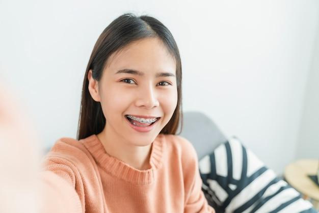 Портрет веселой красивой азиатской женщины