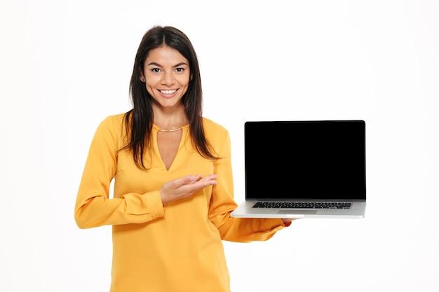 Портрет веселой уверенной женщины