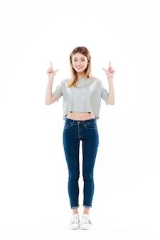立っている陽気なかわいい若い女性の肖像画