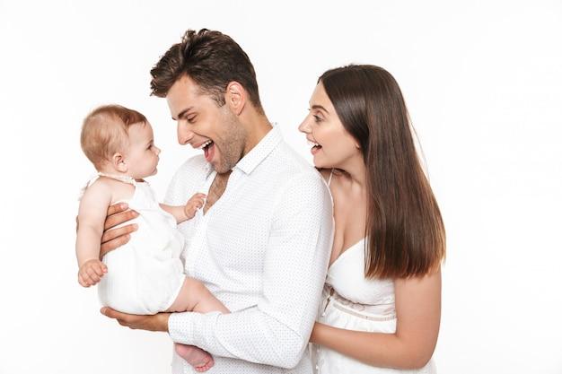 彼らの小さな女の赤ちゃんと陽気な家族の肖像画