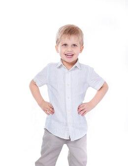 陽気な小さな男の子の肖像画。白で隔離