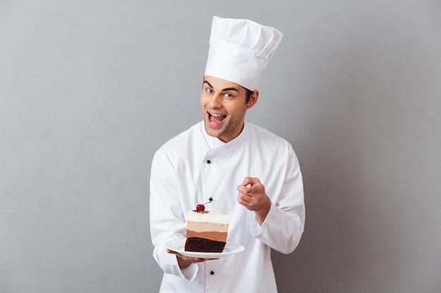 명랑 한 남자 요리사의 초상화 유니폼을 입고