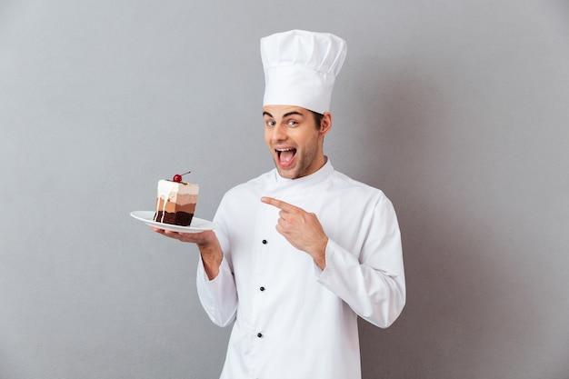 Портрет веселый мужской шеф-повар, одетый в форму