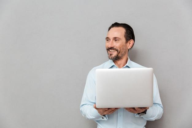 Портрет веселый зрелый человек, одетый в рубашку