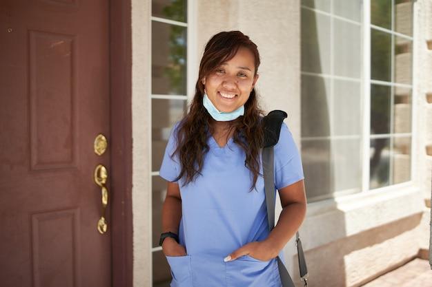 家の前で陽気な看護師の肖像画