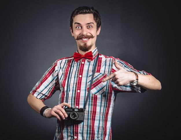 Портрет веселого фотографа в студии