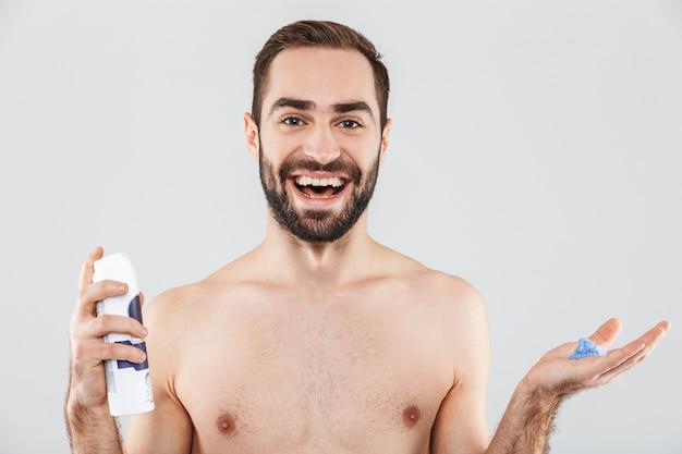 Портрет веселого бородатого мужчины без рубашки, стоящего изолированно над белой, готового к бритью