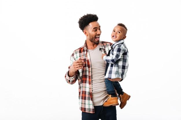 Портрет жизнерадостного молодого африканского человека