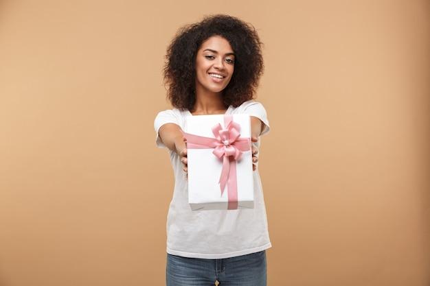 陽気な若いアフリカ人女性の肖像画
