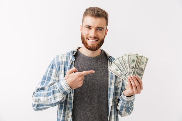 Портрет веселого молодого бородатого мужчины