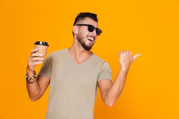 Портрет веселого молодого случайного человека в солнцезащитных очках
