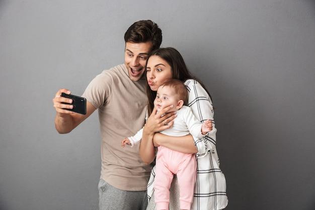 陽気な若い家族の肖像画