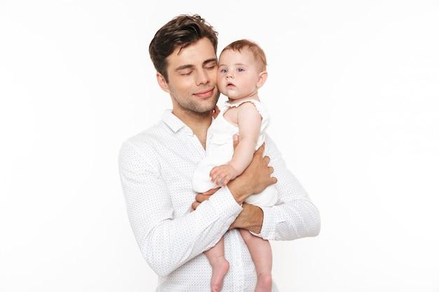 彼の小さな女の赤ちゃんを保持している陽気な若い父の肖像