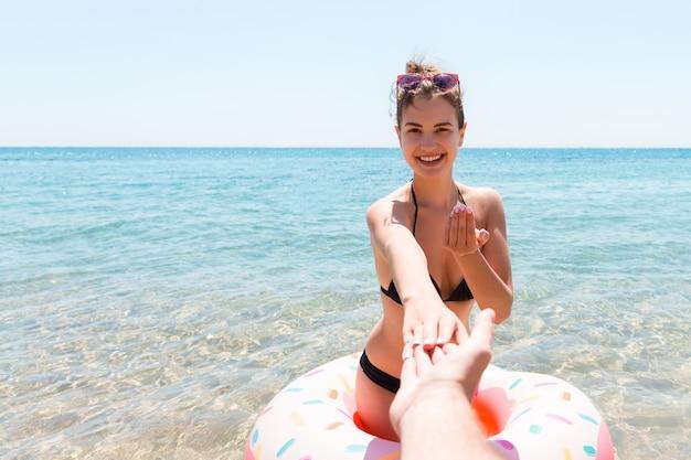 해변에서 쾌활 한 젊은 여자의 초상화