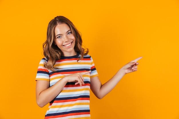 Портрет веселой молодой девушки с копией пространства