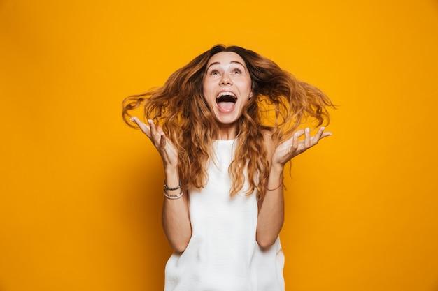 Портрет веселой молодой девушки, кричащей