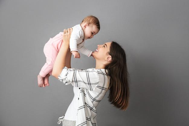 再生陽気な若い母親の肖像画