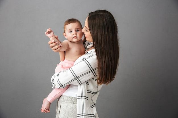 陽気な若い母親の肖像画