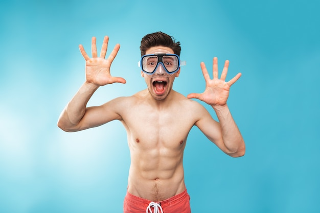 Портрет веселого молодого человека без рубашки в плавательной маске
