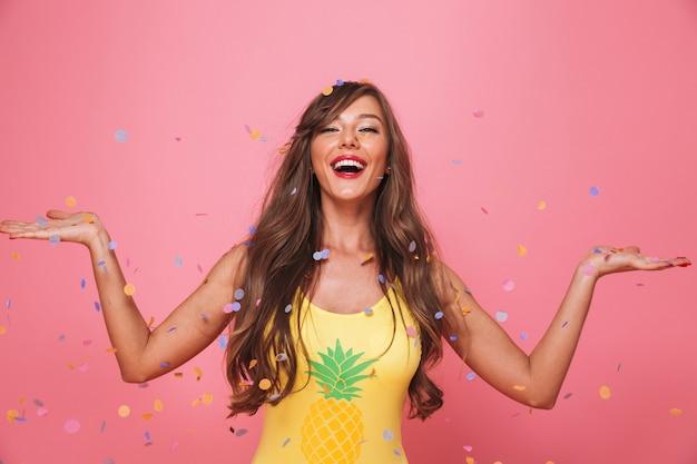 Портрет веселой молодой женщины в купальнике