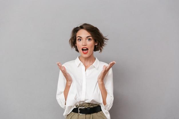 白いシャツを着た陽気な若い女性の肖像画