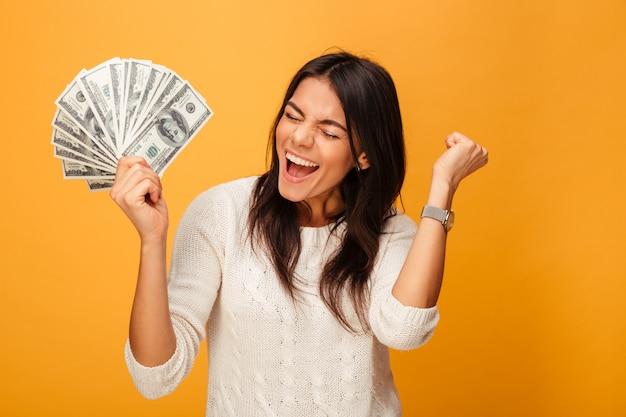 お金を保持している陽気な若い女性の肖像画